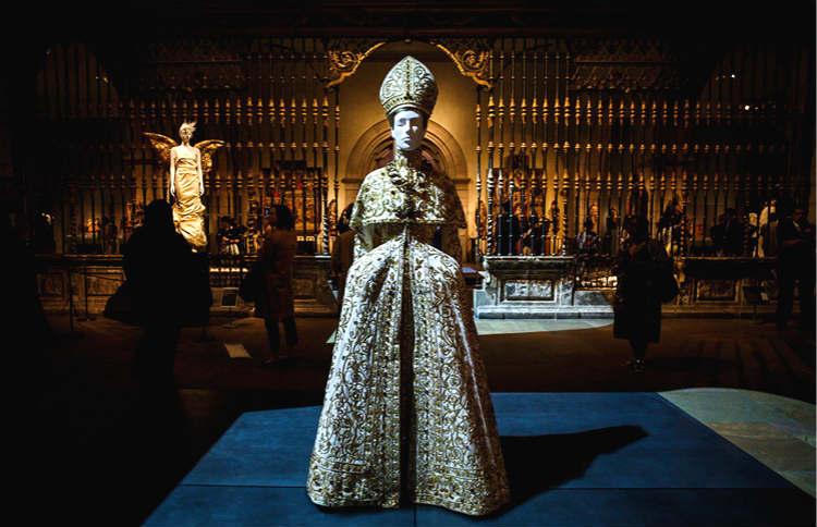 把蕾哈娜变成教皇的展览有多厉害? 我们受邀去现场看了看