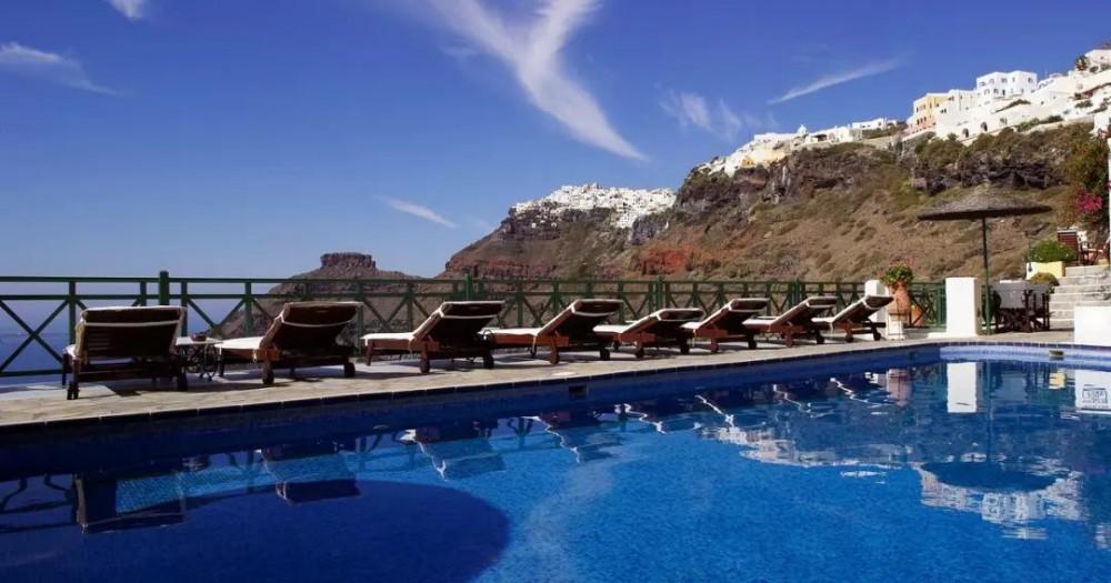 它只有70平米的游泳池,但每个人都能从房间游到大露台!