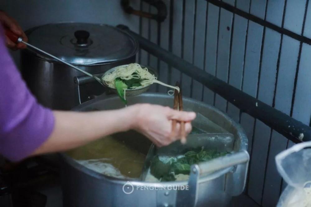 重庆这碗面,辣子香豌杂糯,调料板眼嘿多!