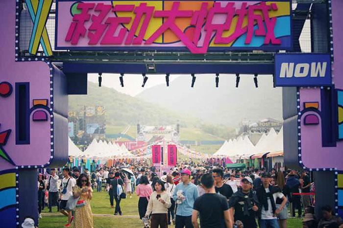 """音乐节上的吃喝体验终于升级了,今年一座""""移动大悦城""""空降草莓现场"""