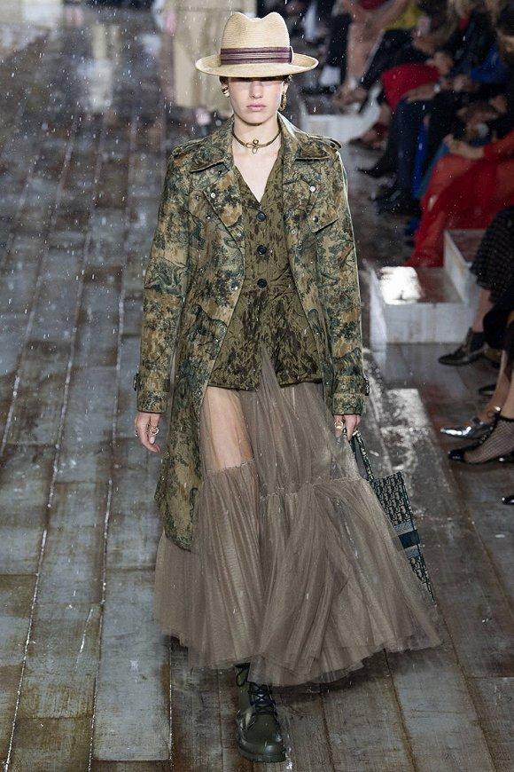 【是日美好事物】穿上Dior早春系列成为风里雨里的女骑士 看着这只钟感受日晷的神奇