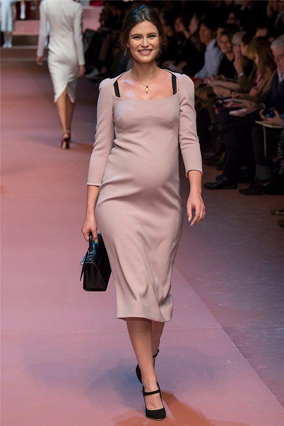 虽然模特界向来以瘦为美 但这些怀着孕的妈妈模特们也很受欢迎